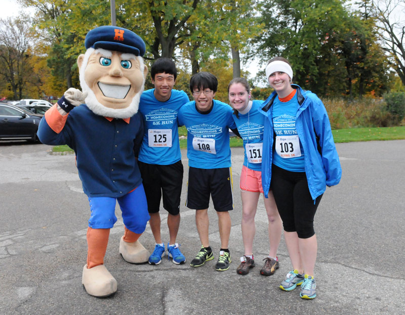 Students pose with Dutch, Hope's mascot, at the annual Homecoming 5K