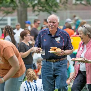 Dennis and Betty Voskuil meet students at picnic during Orientation Weekend.