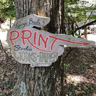 A sign in the shape of a hand pointing towards the printmaking studio