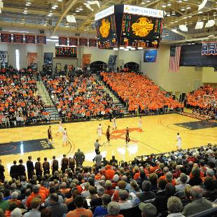 A Hope v. Calvin basketball game in the DeVos Fieldhouse