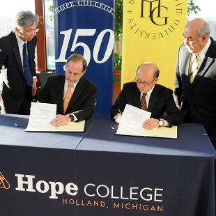 John Knapp, president of Hope College and Hiroyoshi Udono, president of Meiji Gakuin Meiji Gakuin and Hope reaffirmed their ongoing relationship with a formal signing of an institutional agreement. Photo by Tom Renner on November 4, 2015